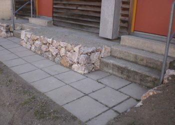Natursteinmauer als Einfassung