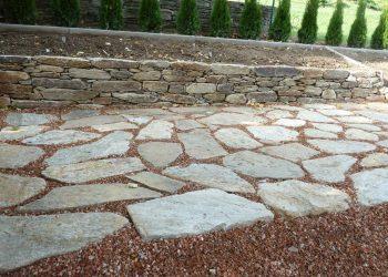 Natursteinplatten Hartgneis in Splitt verlegt