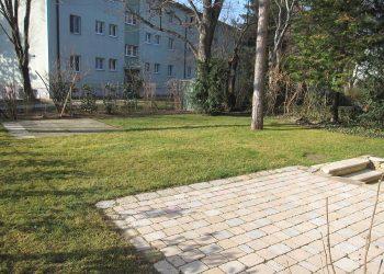 Terrasse aus gemischten Betonsteinen mit Graniteinfassung